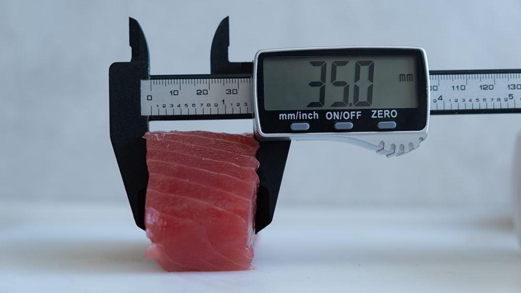 Misurazione spessore trancio di tonno con calibro